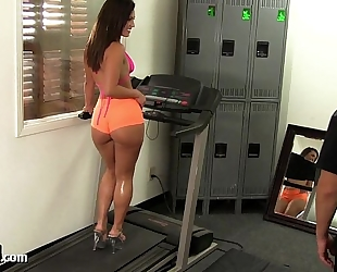 Big butt gym playgirl takes a large weenie!