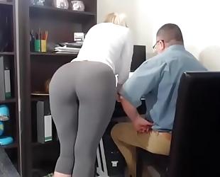 Secretaria tiene orgasmos frente a su jefe - hiddencam